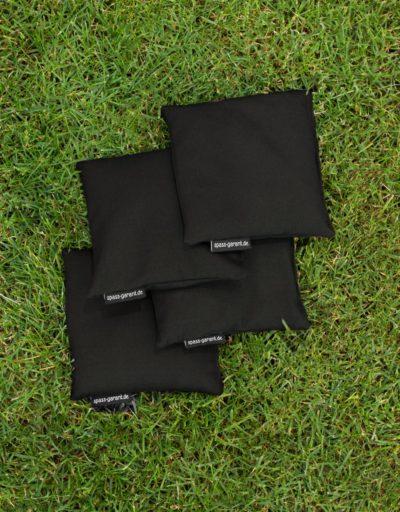 Vier Cornhole Wurfsäckchen in schwarz spass-garant.de